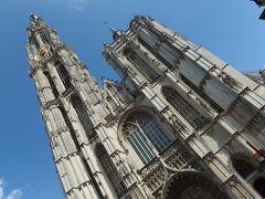 「ノートルダム大聖堂」に到着。 大聖堂の前の広場はあまり広くないため、123mある塔の全体を写すのは大変です。