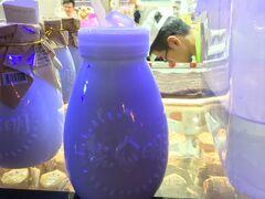 南京東路駅に着いて外灘へ向かう途中、上海光明の老酸奶を飲みます。(15元) それにしても夜景を見に行く観光客が多いです。