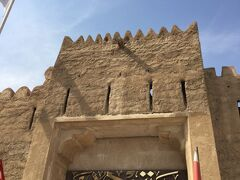お次はドバイ博物館。  入り口付近は観光客でごった返していたので引いた絵面は撮れず。  両側に大砲がありました。  1761年に建てられたアル・ファヒディ・フォート(Al Fahidi Fort) 増築や改築などを経て、現在は博物館になっているようです。