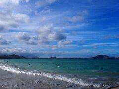 場所を移動して、昨日曇りが残念だったカイルア・ラニカイのビーチへ。 晴れていると海の色がとても綺麗。