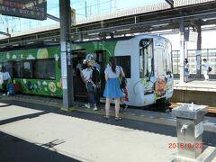 岡山県の山陽線の上道駅駅から岡山駅経由、 瀬戸大橋を初めて渡り、丸亀駅に行く途中の 宇多津駅で特急待ち。(高知の方に行く特急南風に抜かれる) 絵を描いた観光列車が丁度停まっていました。
