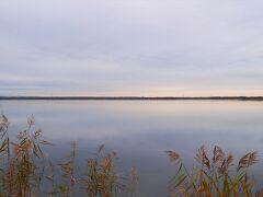 白鳥がたくさん飛来するそうなんですが、時期が少し早かったみたいです。 でも綺麗な湖だなぁ。