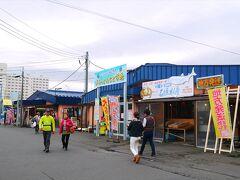 続いて苫小牧の「海の駅ぷらっとみなと市場」へ。 ここはいろんなお土産海鮮や、海鮮が食べられる食堂、地元の市場の人が利用する食堂などがたくさん並んでいる場所です。