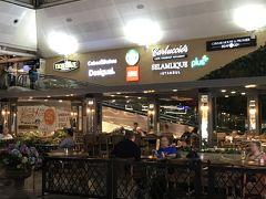 乗継のイスタンブール。 空港内は広く、カフェ・ショップも充実していました。  朝4時にイスタンブールに着いたので、 ブランド店は閉まっていましたがお土産店は意外に空いていました。