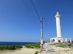 それにしても沖縄の空は青くて高い。 海の青、空の青、白い灯台。絵葉書のよう。