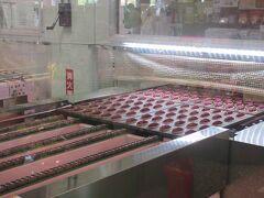 すぐ近くの土産物屋へ。 店内一角で紅芋タルトの工場見学もできる。