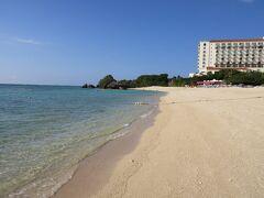 白い砂浜のビーチ しばし現実を忘れて、波打ち際に足をひたす