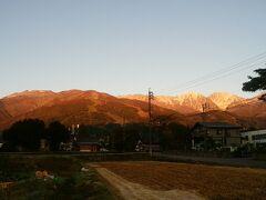 金曜日中に宿泊先である常宿久保田莊さんに到着して就寝。 ちょっとのんびり目に雨飾山に向けて出発しますが、その前に朝陽を浴びる白馬の山々をパチリ。  なんと清々しいんでしょう。