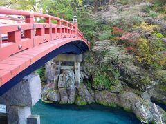 最初の目的地はこちら! 神橋の周りは、紅葉がまばらのような気がします。まだこれからなのかな? そしてお水がキレイーー!!(2回目