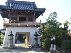 知立神社から徒歩数分 総持寺に来ました。 竜宮門がお出迎えです。