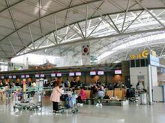 仁川(インチョン)国際空港  アジア最大級のハブ空港と言われる韓国の仁川国際空港。 想像以上にデカくて立派でした。  さて、本来の乗継であれば、入国はせずそのまま次の飛行機を待つのですが、なんせ次の便まで約7時間もあるもんですから、一旦入国。 そしてネットで調べておいた、トランジット者専用の、さっくり1時間で戻ってこられる最短ツアーに参加しました。(無料) 街に出るツアーも勧められたのですが、初めての空港だし、なんせ旅行も始まった所で、まだ本来の目的地にも着いてないので、多少ゆとりを持ちたいな~ってことでこれだけにしときました。  参加には、乗継だということがわかるように、前に乗った便のチケットの半券と次に乗る便のチケット、そしてパスポートが必要です。