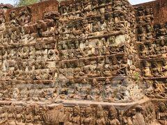 ライ王のテラス  火葬場としても使われていたライ王のテラス。象のテラスの延長線上にあります。びっちり刻まれてます。