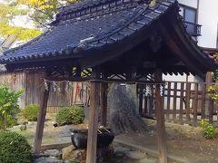 まず、松岬神社を参拝しますか。 手水屋(ちょうずや)の作法って、いっつも忘れるんですよね。 右が先か、左が先か?