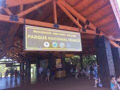 ホテル最寄のバス停から路線バスで20分ほどで国立公園に到着。