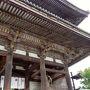 京都三大門のひとつに数えられる、仁和寺の二王門。大きい!