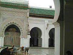 カラウィンモスク  9世紀にチュニジアのケロアンから移住した裕福な商人の娘ファーティマ・フェヘリーヤによって建てられました。  身を清めています。イスラム教徒でないので入れません。