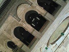 次にブーイナニア神学校へ 14世紀にブーイナニア王によって建てられたマリーン朝最大の神学校です。 大理石を敷き詰めた中庭