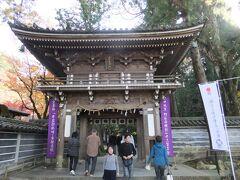 次に那谷寺を訪問。最近まで知らなかったのですが、石川県屈指の紅葉の名所です。小松市に位置するのですが、駅から遠くてかなり辺鄙な場所です。ビックリするくらい混んでいましたけど、紅葉はちょうど見ごろできれいでした。そしてお寺の境内がとにかく広いです。