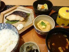 大満足したあとは京都駅に戻り「釜炊きごはん」と西京焼きの夕食  銀シャリに赤だし、ホッとする味でした(^^)