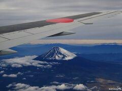 富士山上空  右の窓際シートが取れたので、期待していたのですが、富士山がバッチリ見えました。