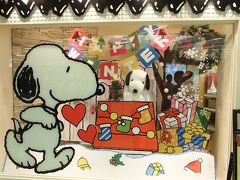 梅田に戻って、次に行ったのは… やっぱりスヌーピータウン梅田店です(笑)  ショーウィンドーがクリスマス仕様になっていますね☆