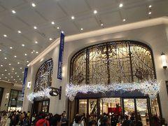 """阪急百貨店内にあるパン屋さん「アンデルセン」での用事を済ませて、そろそろ帰宅することにしましょう。 百貨店の入口もすっかりクリスマス仕様ですね☆  午後からの短い時間のお出かけでしたが、楽しかったです!♪  The End"""""""