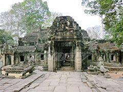 【Banteay Kdei】~バンテアイ・クデイ~ (共通パスで入場OK)  「僧坊の砦」という意味の遺跡。 ヒンドゥー教寺院だったものを、12世紀後半にジャヤヴァルマン7世が仏教寺院に改築したんだと。  時間は無いけど、新しい遺跡ちょっくら見たいな~と思って、前日チャーターする前にガイドブックで調べていたら、ちょうどタプロムからアンコールワットに戻る道中にあったので、コースに入れてみました。  こちらは十字テラスと第三東楼門。ここから入っていきます。