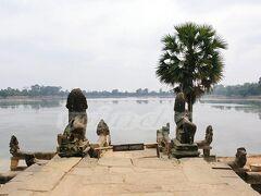 【Sra Srang】~スラ・スラン~  東西700m,南北350mの貯水池。「沐浴の池」という意味通り、ジャヤヴァルマン7世や王妃が沐浴に使用したとされる池。朝は絶好の日の出ポイントらしいです。  池の中央には、かつて王が瞑想した木造の寺院が建っていたらしいです。 バンテアイ・クデイの真向かいにあったので、寄ってみました。