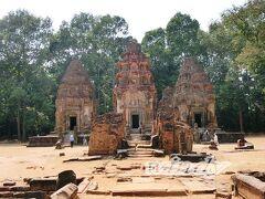 【Preah Ko】~プリア・コー~  王都がアンコール地域に移る以前、アンコール王朝で最初に築かれた王都ハリハラーラヤ(ロリュオス)に建設された、最初にして(アンコール遺跡)最古の寺院。  この周辺の3つの遺跡を総称して『ロリュオス遺跡群』というのですが、その一つがこちらのプリア・コーです。   午後はこのロリュオス遺跡群を見るツアー。結構マニアックなツアーだから、薄々思っていたけど、やはり私達のみ。 結局今回カンボジアのツアーは全部微妙に一般的なコースと異なっていたせいか、全て貸し切りでした。