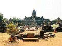 【Bakong】~バコン~  9世紀末の十数年間、古代の都ハリハラーラヤ(ロリュオス)において、王インドラヴァルマン1世(在位877-889年)の国家寺院としての役割を果たした、砂岩のピラミッド型寺院。ロリュオス遺跡群最大の寺院です。 5層のピラミッド型に構成されていて、アンコールワットの原型となったとも言われているそうです。  しかしさえぎるものがないのでとにかくあっつい~~~