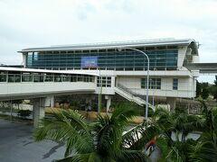 那覇空港から、ゆいレールで市内に向かいます。