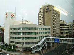 今回お世話になるホテルは、旭橋駅すぐの場所にあり、ゆいレールの車窓からも見えます。