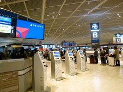自動チェックイン機が並ぶデルタ航空カウンター。慣れた人には便利なのだろうけど、慣れない人には少々難儀。一人の係員が右往左往してました。