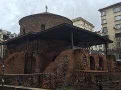 ビルの谷間に建っていたソフィア最古の教会である聖ゲオルギー(ロタンダ)教会。 すぐ横にはセルディカ遺跡も4~5世紀頃、ローマ時代のものです。温泉施設もあったそうです。