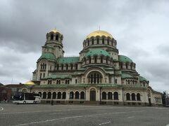 アレクサンドル・ネフスキー大聖堂がどっしりと建っています。