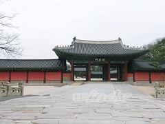 錦川橋  手前の両端にちょっとだけ見えている石造りの柵みたいなのは、実は橋で、こちら、1411年に造られた韓国最古の橋だそうです。 今はないですが、当時はもちろん、ちゃんと川が流れていたんだと。