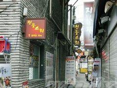 仁寺洞  昌徳宮からも近い、(ほぼ)一本道のストリート。 王朝時代には両班(ヤンバン)と呼ばれる貴族などが住んでいた由緒正しきエリアだそう。  日本統治時代から、没落貴族の屋敷から持ち出した書籍・小美術品などを売る骨董品店が店を出しはじめ、現在では骨董品店そのものは減ってきたものの、伝統的な小物のお店やお茶のお店、写真のような裏路地には昔ながらの定食屋などが並び、日中は歩行者天国となって賑わうらしいです。  …が、私たちが訪れたのはド平日の午前中、まだ10時過ぎってことで、閑散としてました(笑)。