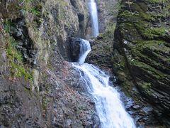 これが竜化(りゅうか)の滝。「塩原十名瀑」の一つで、長さ130m、幅5m、高さ60mだそうです。