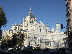 そうこうしているうちにアルムデナ大聖堂が見えてきました。王宮はもうすぐそこです。