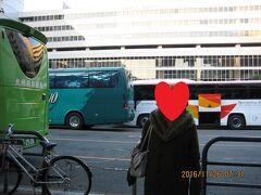 今回は博多駅から出発です。 博多駅筑紫口のローソン前はバスツアーのお客様でいっぱいです。 色々な会社のバスツアーがほぼ同じ時間に出発するようで間違えたら大変です。 私たちの乗るバスは西鉄観光のバスでした。 皆様遅れることなく定刻に出発です。 今回は博多駅・引野口・小倉駅で参加者を乗せていきます。