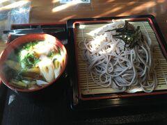 お昼は銀山の登り口にある御前そばで、鴨つけ。野菜たっぷりでした。