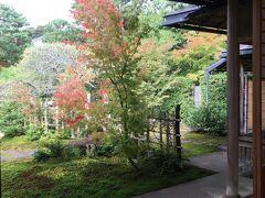 お茶室「寿立庵」も拝見しました。小堀遠州作の茶室を写した作だそうで、昔ながらの茶室。子供の頃から茶道の経験がある私はピリッとした気分になりました。美しいお庭、蹲など、隅々まで素晴らしい。 混雑した美術館本体から離れて少し落ち着いた時間を過ごせました。
