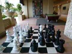 朝食の時間になるまで、ホテル敷地内の散策をする事に。誰も居ないエントランスに、大きなチェス盤やビリヤードが点在。