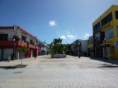 ランチタイムにはまだ早いのか、海やプールに行っているのか、観光客が居ないパセオデマリアナス通り。