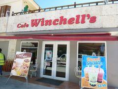 ドーナツ店のカフェウィンチェルズに到着。食後の運動になりました。念願のドーナツに気を走らせる息子。
