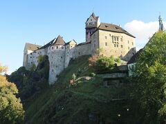橋からのロケト城。小さな町なのに立派なお城です。