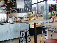 ホテル近くにあったモール1階のカフェでコーヒーブレーク。 エアコンが効いていて快適。コーヒーは日本並みの料金ですが。