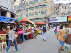 港からカルボン・マーケットへ歩いてやって来る。 市場好きの私ではあるが、暑いのと臭さでさっさと引き上げる。