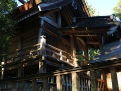 出雲大社とよく似た造りの本殿です。  ダイナミック。