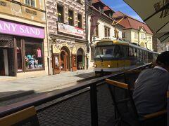 チェスキー・クルムロフから5時間ほどかけて、ブルゼニに到着。駅から中心地へは徒歩であっという間。路面電車が走る町です。  プルゼニ  今晩の宿は、路面電車通り沿いにあるホテル<Hotel Rango>。便利な場所で、水周りも綺麗。フロントも親切でいい宿でした。